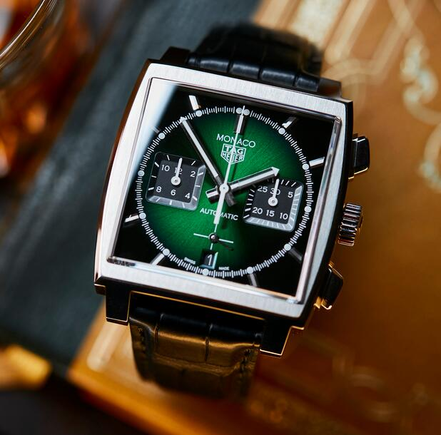 AAA replica watches offer green dials and black sub-dials.